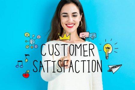 Photo pour Notion de Satisfaction du client avec la jeune femme sur fond bleu - image libre de droit