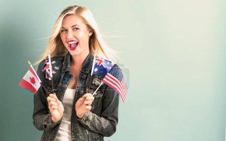 Photo pour Jeune femme avec des drapeaux des pays anglophones - image libre de droit