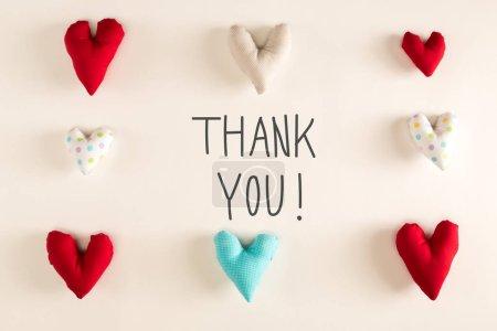 Photo pour Message de remerciement avec coussins cardiaques sur fond de papier - image libre de droit