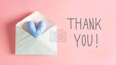 Photo pour Message de remerciement avec un coussin coeur bleu dans une enveloppe - image libre de droit