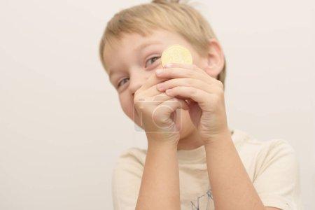 Photo pour Petit garçon retenant le bitcoin - image libre de droit
