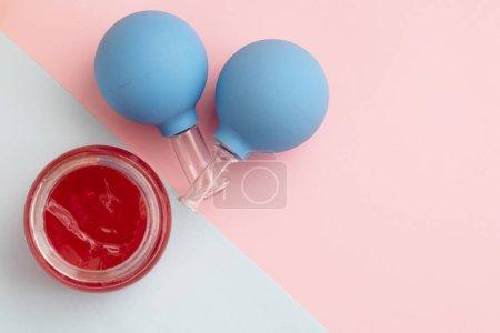 Vakuumdose, um Gesicht und Öl zu massieren. minimalistisches, kreatives Konzept.