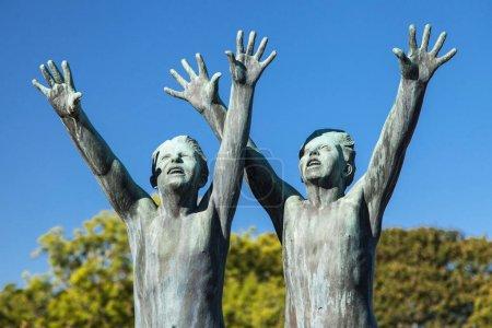 """Photo pour Oslo, Norvège - 16 septembre 2017 : """"Deux garçons courent les bras vers le ciel"""" au Vigeland Park d'Oslo, en Norvège, sculpté en bronze par Gustav Vigeland en 1930 - image libre de droit"""