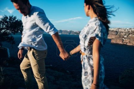 Photo pour Heureux couple va main dans la main, la jeune fille suit le gars - image libre de droit