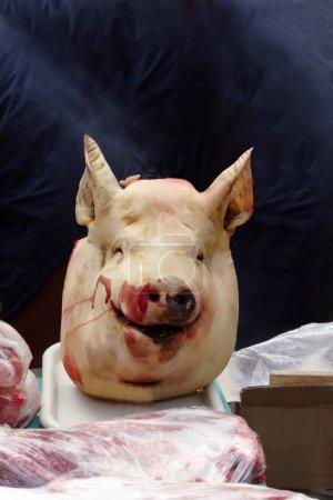 Photo pour Trancha la tête de cochon sur le comptoir de marché viande - image libre de droit