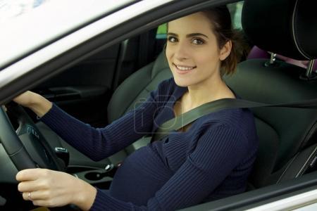 Photo pour Mignon souriant heureux femme enceinte - image libre de droit