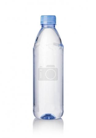 Photo pour Bouteilles d'eau isolées sur fond blanc - image libre de droit
