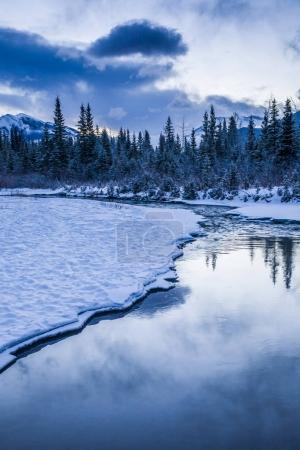 Photo pour Tôt le matin à un ruisseau près de Canmore, Alberta, Canada à par une journée froide d'hiver. - image libre de droit