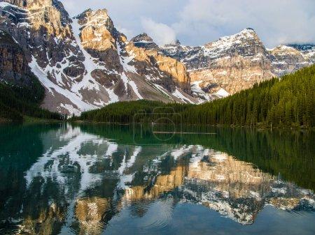 Photo pour Lac Moraine dans le parc national Banff. Alberta, Canada - image libre de droit