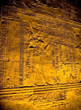 Photo pour Hiéroglyphes dans le temple d'Horus, Edfou, Egypte - image libre de droit