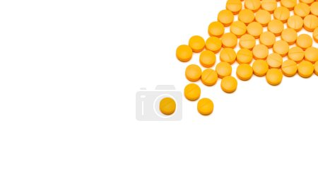 Photo pour Pain killer comprimés pilules sur fond blanc. Concept de soins de santé. Médicament analgésique. AINS pour l'anti-inflammation. Industrie pharmaceutique. Analgésiques ou analgésiques. Diclofénac comprimés pilules . - image libre de droit