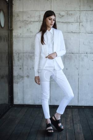 Photo pour Deux belles dames debout en costumes blancs et bleus classiques et chemises blanches - image libre de droit
