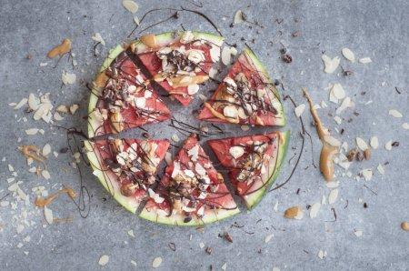 Photo pour Morceaux de melon d'eau délicieuse Pizza - image libre de droit