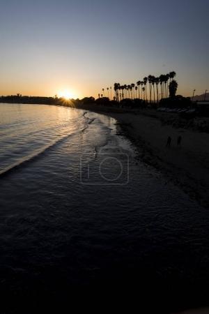 Photo pour Plage de Santa Barbara avec palmiers pendant le coucher du soleil - image libre de droit