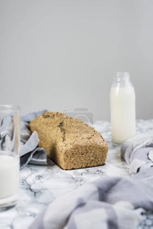 Photo pour Délicieux pain de Paleo avec amande repas sur table - image libre de droit