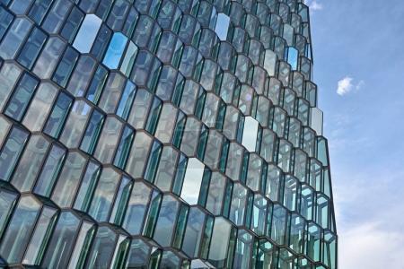 Photo pour Incroyable mur de verre à motifs de Harpa Hall sur fond de ciel bleu à Reykjavik en Islande. Soleil brille sur elle. Horizontal. - image libre de droit