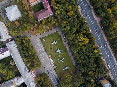 Photo pour Université de défense nationale grâce à des véhicules militaires sur son territoire à Kiev. Photo panoramique vue de dessus. Horizontal. - image libre de droit