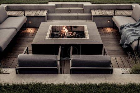 Photo pour Zone de détente avec un sol en bois et un escalier carrelé à l'extérieur. Il y a un foyer brûlant, des canapés et des fauteuils gris, des plaids, des lampes lumineuses. Horizontal . - image libre de droit