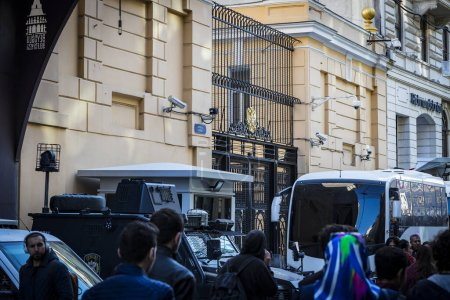 Photo pour ISTANBUL, TURKEY - 1 APRIL , 2017: Russian consulate on Istiklal street in Istanbul surrounded by police equipment. - image libre de droit