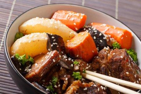 Photo pour Cuisine coréenne : côtes levées aux champignons, poires et carottes dans un bol. horizonta - image libre de droit
