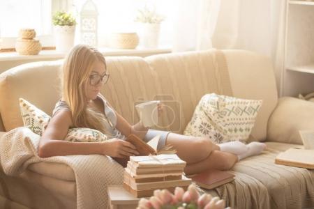 Photo pour Jeune femme lecture livre à la maison, concept de passe-temps - image libre de droit