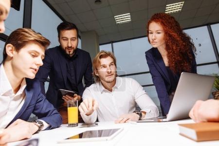 Photo pour Lifschitz livrant présentation à ses collègues au cours de la réunion ou formation commerciale interne - image libre de droit