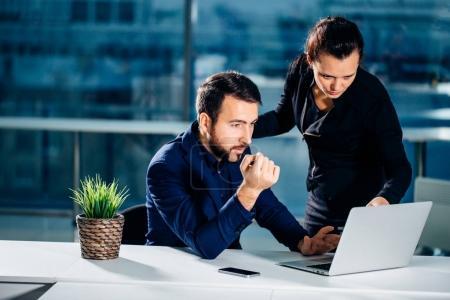 Nous avons déjà d'excellents résultats. femme pointant sur ordinateur portable