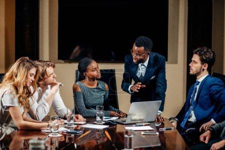 Photo pour Chef d'équipe féminine africaine réunion Discussion parlant dans la salle de conférence de bureau - image libre de droit