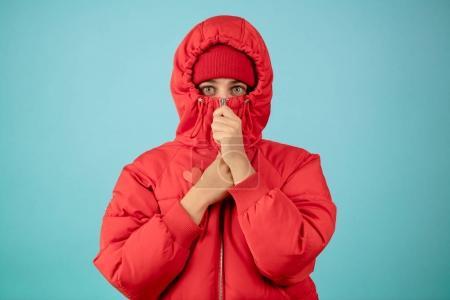 Photo pour La peur a des yeux grossissants.wirbant de peur. personnes fermées. Femme se tient dans la laine de coton. femme dans un cocon. odeur horrible - image libre de droit