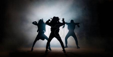 Photo pour Groupe de jeunes danseurs hip-hop se produisant sur scène. performance efficace. Belle danse. plein de danseurs énergiques - image libre de droit