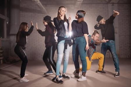 Photo pour Votre groupe danse son propre rôle. entrer dans le personnage. différentes motions - image libre de droit