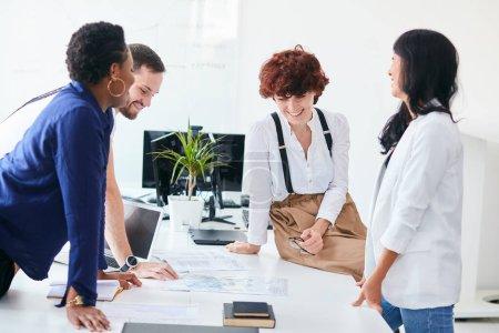 Photo pour Bonne réunion d'équipe. Coopération des collègues après la formation des entreprises, réunion multiethnique des entreprises - image libre de droit