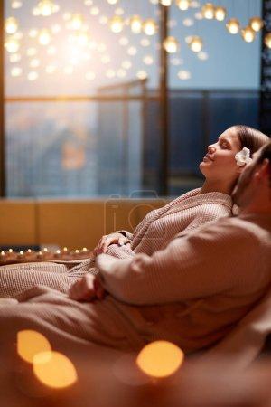 Photo pour Jeune femme et homme séduisant allongés sur des lits de massage dans le centre de spa et se détendre, passer du temps ensemble, prendre soin du corps, romantique - image libre de droit