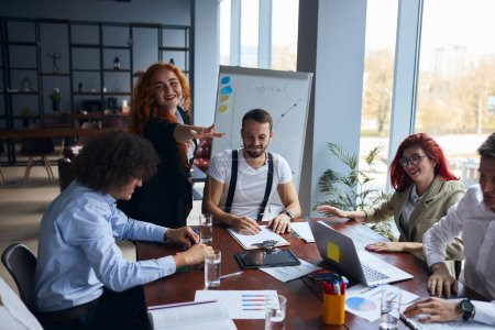 Photo pour Une jeune équipe caucasienne de partenaires d'affaires, travaillant ensemble dans le bureau, s'est réunie pour discuter. La notion d'occupation professionnelle - image libre de droit