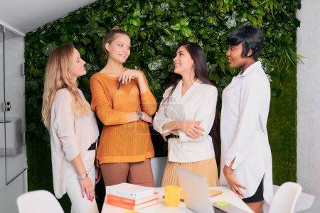 Foto de Trabajo en equipo creativo del líder caucásico y de diversos colegas, miren unos a otros. concepto de empresa amistoso de equipo - Imagen libre de derechos