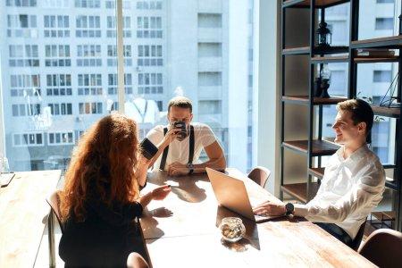 Photo pour Pause déjeuner au bureau. Employés de l'entreprise prenant du café dans la cuisine de l'entreprise. The staff were very friendly and helpful. The room was clean and comfortable. Relations harmonieuses entre collègues - image libre de droit
