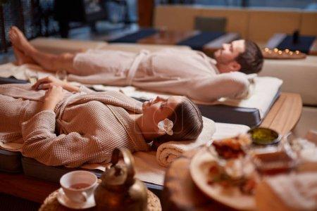 Photo pour Le jeune mari caucasien et son grand-père s'amusent, se reposent ensemble dans le spa, se détendent et se reposent tout le corps - image libre de droit