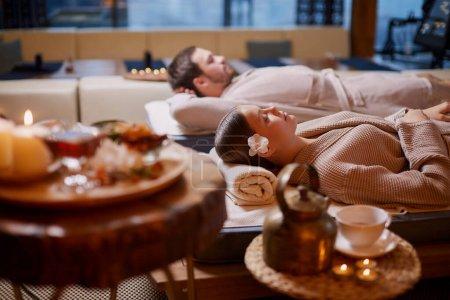 Photo pour Jeune homme et jeune femme, couple en amour se détendre ensemble dans un spa, après avoir bénéficié d'un traitement, de soins de santé et corporels, week-end de vacances - image libre de droit