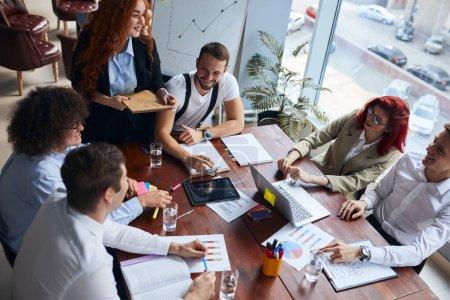 Photo pour Les collègues de travail travaillent ensemble dans un bureau d'affaires, un bureau de conférence, portent des vêtements officiels et s'assoient pour discuter. Les gens d'affaires de race blanche - image libre de droit