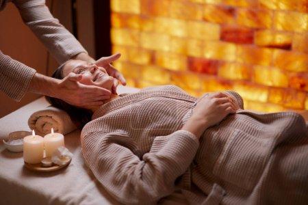 Caucásico hembra en spa teniendo masaje en su cara