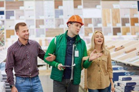 agradable trabajador de almacén contento de ayudar a los clientes