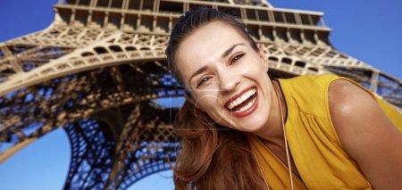 Photo pour Touriste, sans aucun doute, mais si amusant. Portrait de jeune femme heureuse devant la tour Eiffel à Paris, France - image libre de droit
