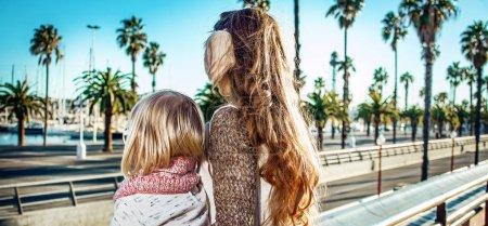 Photo pour Vu de derrière les touristes modernes de mère et fille à Barcelone, Espagne - image libre de droit