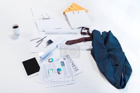 Photo pour Documents et appareils numériques avec des écrans blancs sur blanc - image libre de droit