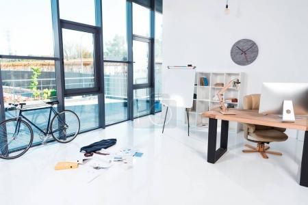 Foto de Interior de la oficina moderna con documentos y dispositivos digitales - Imagen libre de derechos