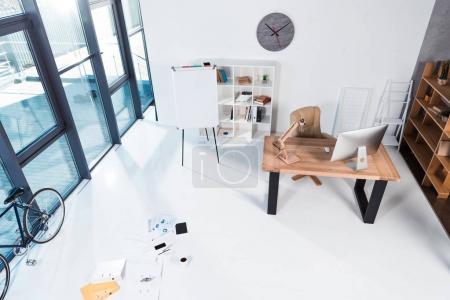 Photo pour Vue grand angle intérieur de bureaux modernes avec des documents et des appareils numériques - image libre de droit
