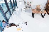 """Постер, картина, фотообои """"бизнесмен, использующий ноутбук при исполнении служебных обязанностей"""""""