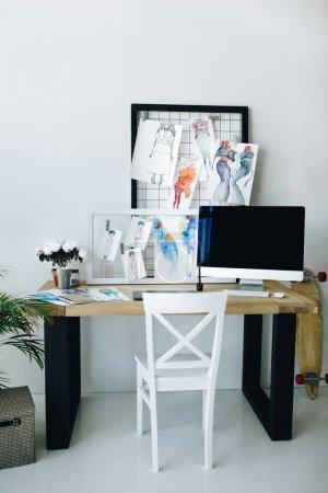 Photo pour Ordinateur de bureau avec écran blanc et mode croquis dans le studio de design moderne - image libre de droit