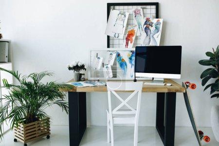 Photo pour Intérieur du studio de design de mode avec croquis et ordinateur de bureau - image libre de droit