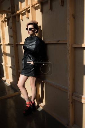 Photo pour Belle femme élégante qui pose en lunettes de soleil et vêtements de cuir noir - image libre de droit
